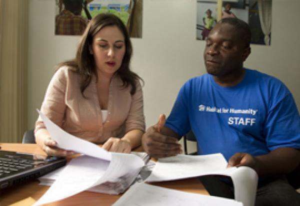 ex-becaria-pro-paz-ayuda-a-reconstruir-haiti